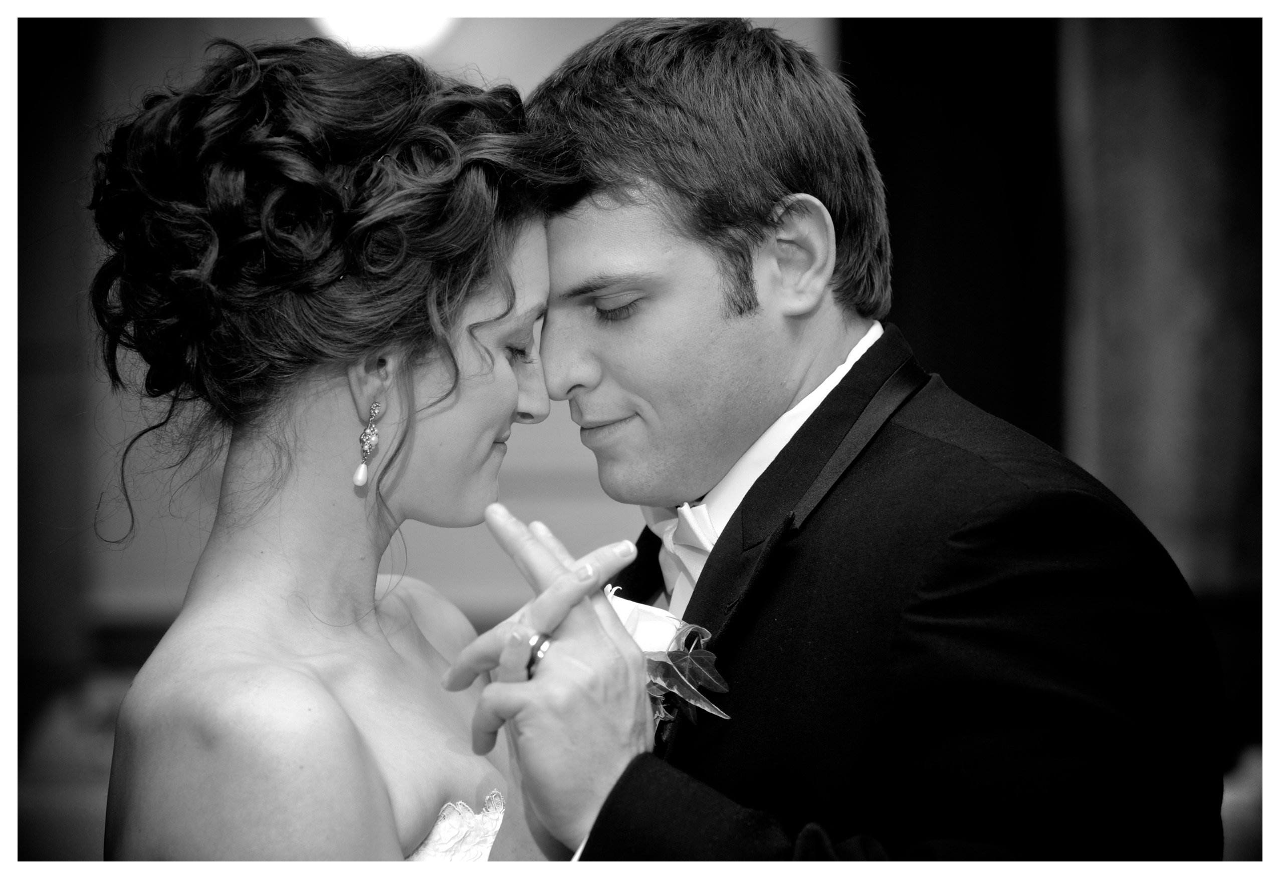 michigan wedding photographer photographs a couples first dance that the Inn at St. Johns.