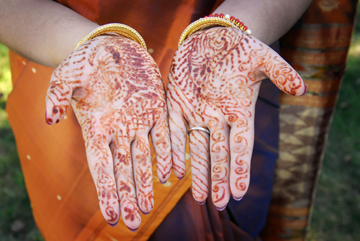 Michigan wedding photographer takes detail photos of the bride's henna hands at the Hindu wedding ceremony in Freeland Michigan