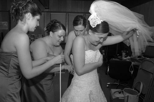 Michigan wedding photojournalist takes pictures of the bride's preparations