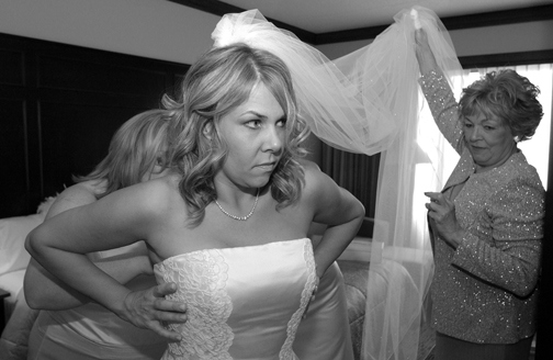 Michigan wedding photojournalist takes pictures of the bride getting ready
